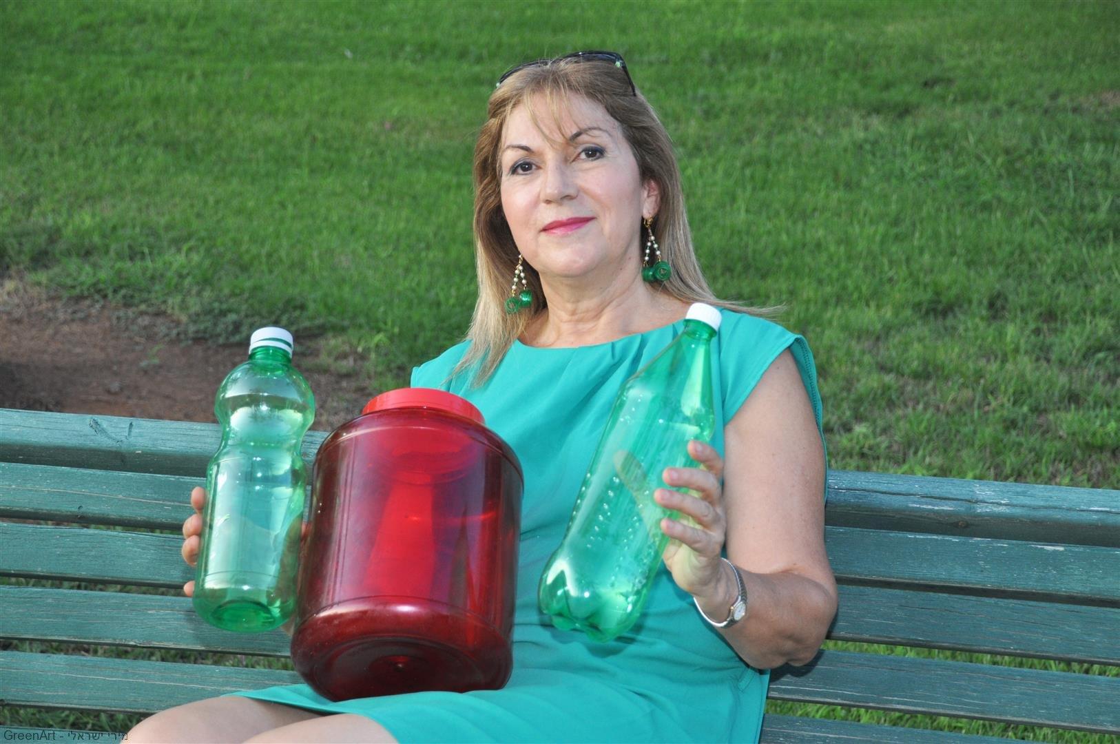 בקבוקי פלסטיק צבעוניים לפני הפיסול להכנת אמנות אקולוגית