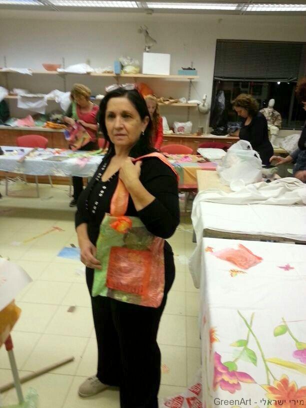 לילי מציגה את התיק המעוצב שיצרה משקיות ניילון ממוחזרות