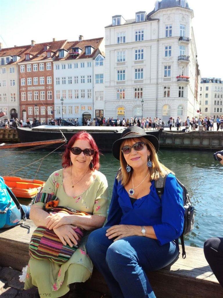 מטיילות בטיילת ולצידי התעלות בקופנהגן