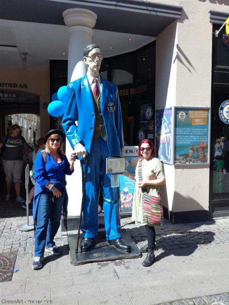 מזכרת ליד האיש הגבוה ביותר בעולם