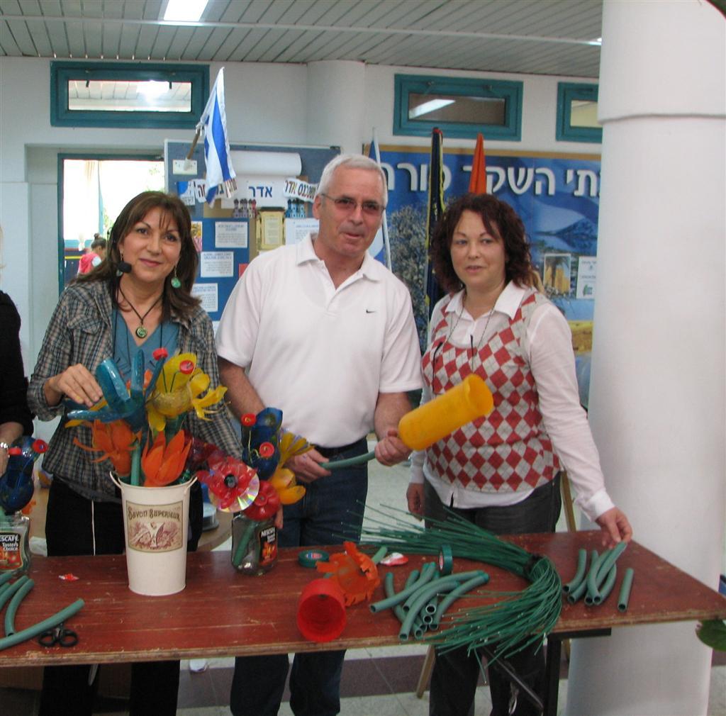 ראש עיריית רעננה ומנהלת בית הספר ביום הירוק בשקד רעננה