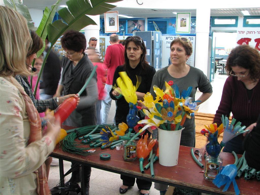 דפנה האימא המסייעת מתנדבת לעזור בהרכבת הפרחים