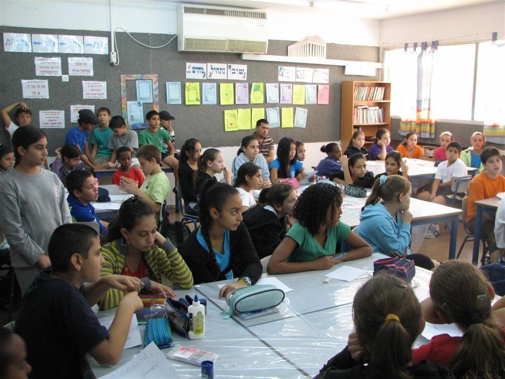 ילדי כיתות ו' ברעות נהנים מחדוות היצירה הירוקה בסימן מיחזור