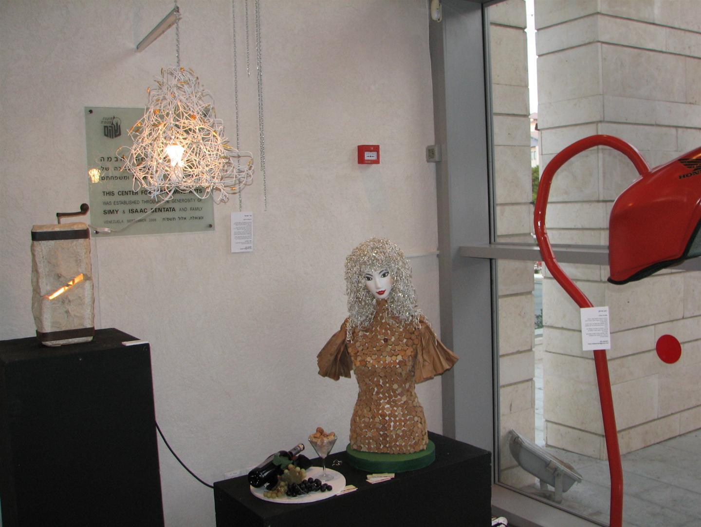 הברמנית הירוקה עם האהיל האקולוגי בתערוכת ECO ART