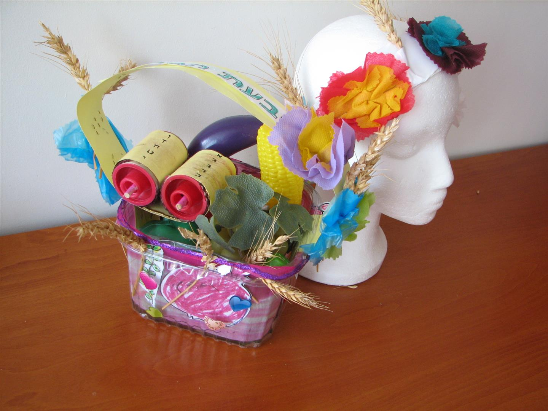 סלסלת טנא וזר צבעוני לחג השבועות מחומרים ממוחזרים