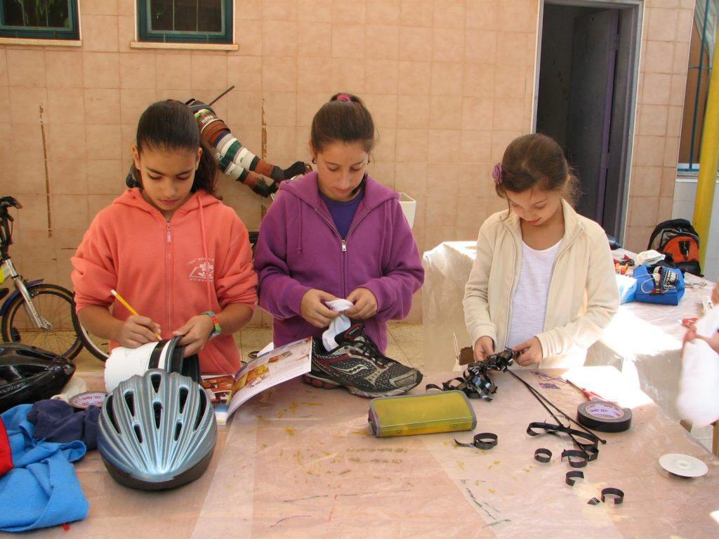 ילדי הקבוצה הירוקה מעצבים את הנפים של הדמויות