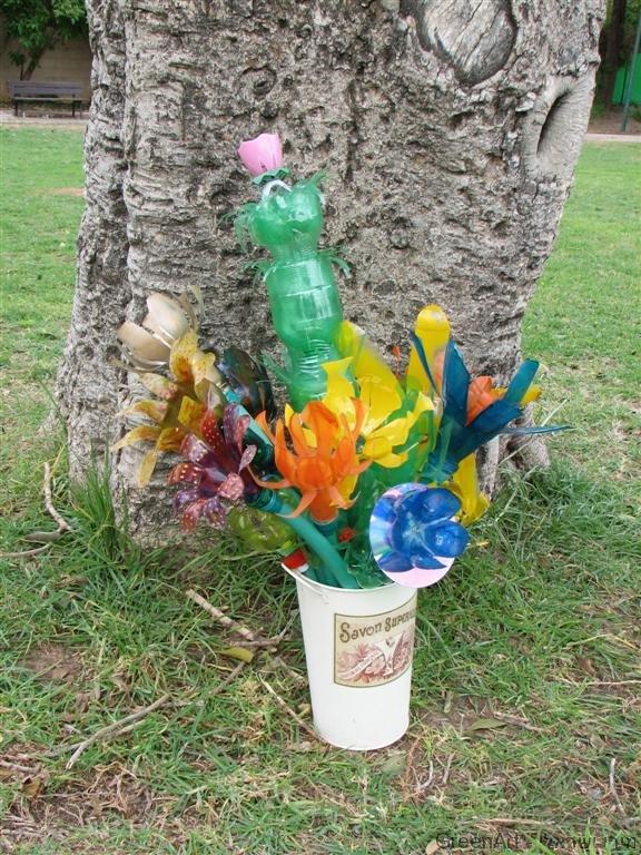 פריחה מרהיבה באגרטלים מבקבוקי פלסטיק בשימוש חוזר