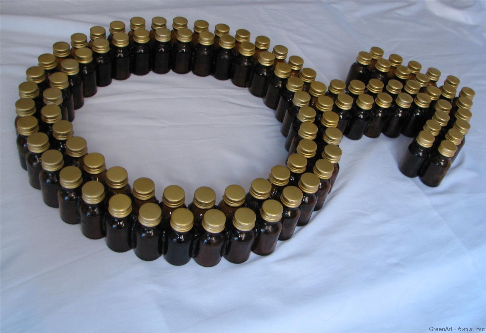 בקבוקי זכוכית עם מכסה זהב מסמלים את הגבר האוהב ממון