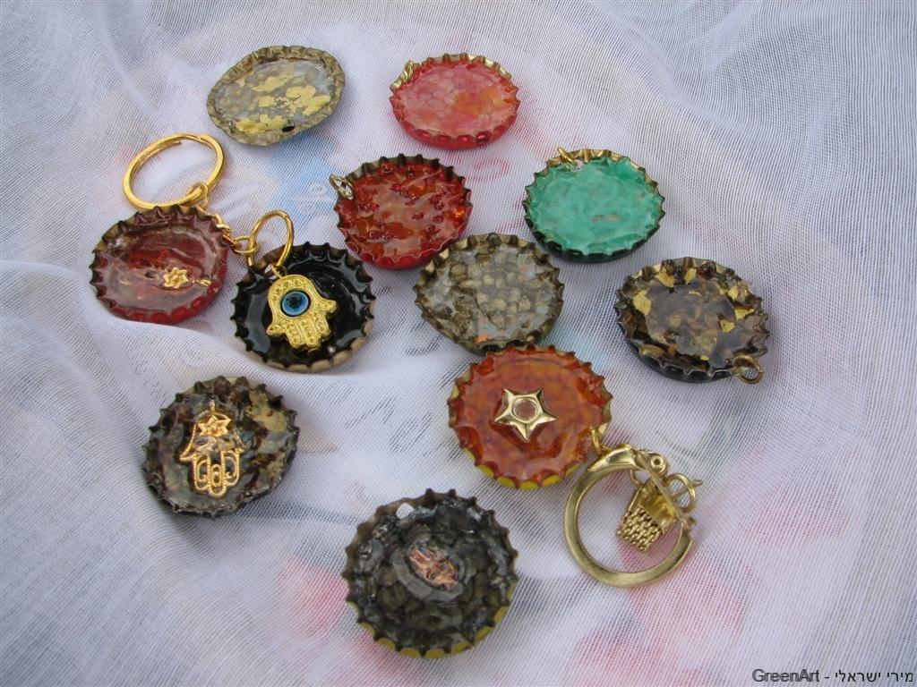 פקקים מתכת לשימוש חוזר כמחזיקי מפתחות צבעוניים