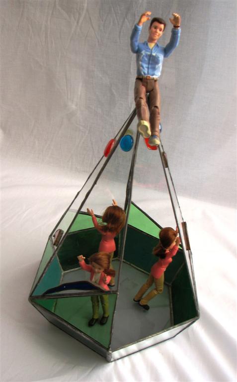 הגבר בראש הפירמידה ובתחתית הנשים נאבקות בתקרת הזכוכית
