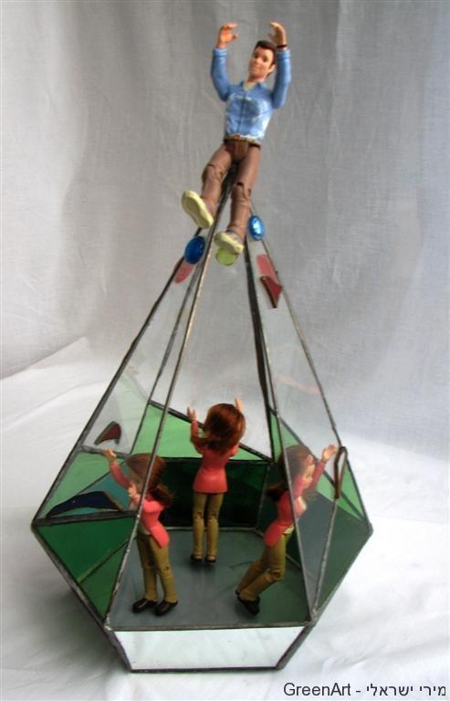 נשים בתחתית הפירמידה- יצירה לתערוכת תקרת הזכוכית