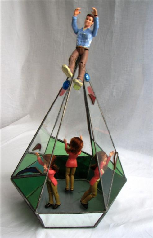 הגבר בראש הפירמידה ובתחתית, הנשים נאבקות בתקרת הזכוכית