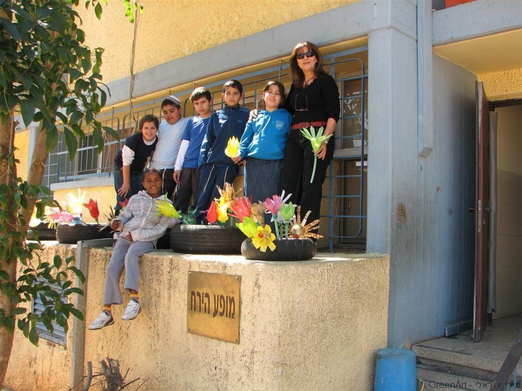 טיפוח חצר בית הספר ביום ירוק  עם התלמידים