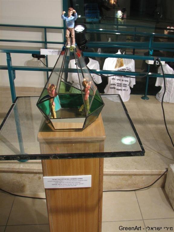פירמידת זכוכיות בתערוכת - תקרת הזכוכית-לרגל יום האישה הבינלאומי 2011