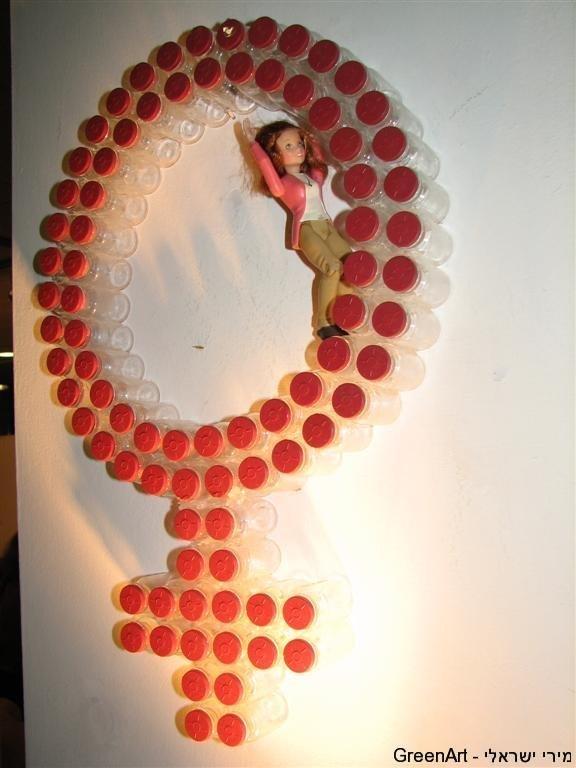סמל הנקבה מבקבוקי זכוכית בתערוכת- תקרות ומחיצות הזכוכית.