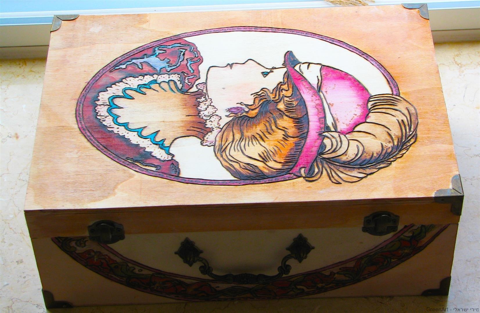 ציור וצריבה על קופסת עץ