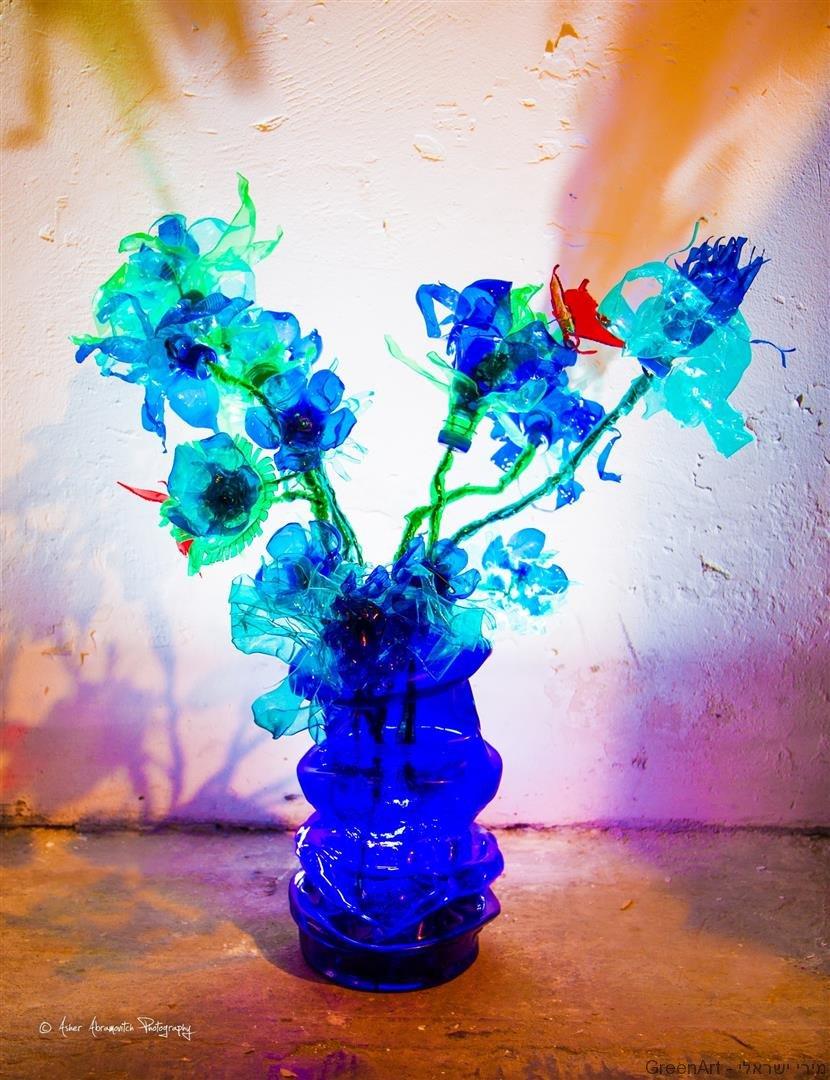 אומנות אקולוגית מבקבוקי פלסטיק שעברו מהפך מן הפח.