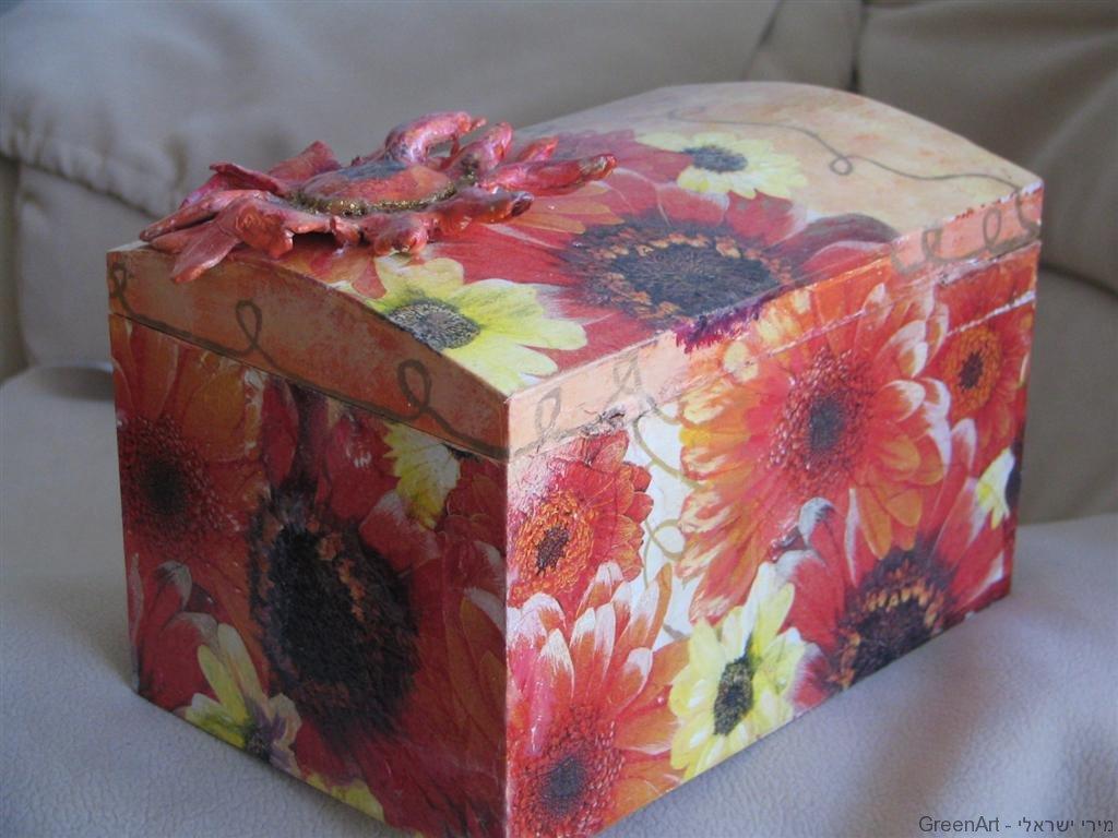 חידוש קופסת עץ ישנה בעיטור עם צבעו ושאריות מפיות