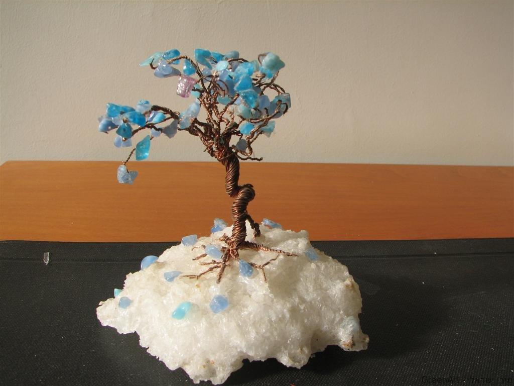 עץ עם אבני חן  משאריות חוטי חשמל וחרוזים ישנים