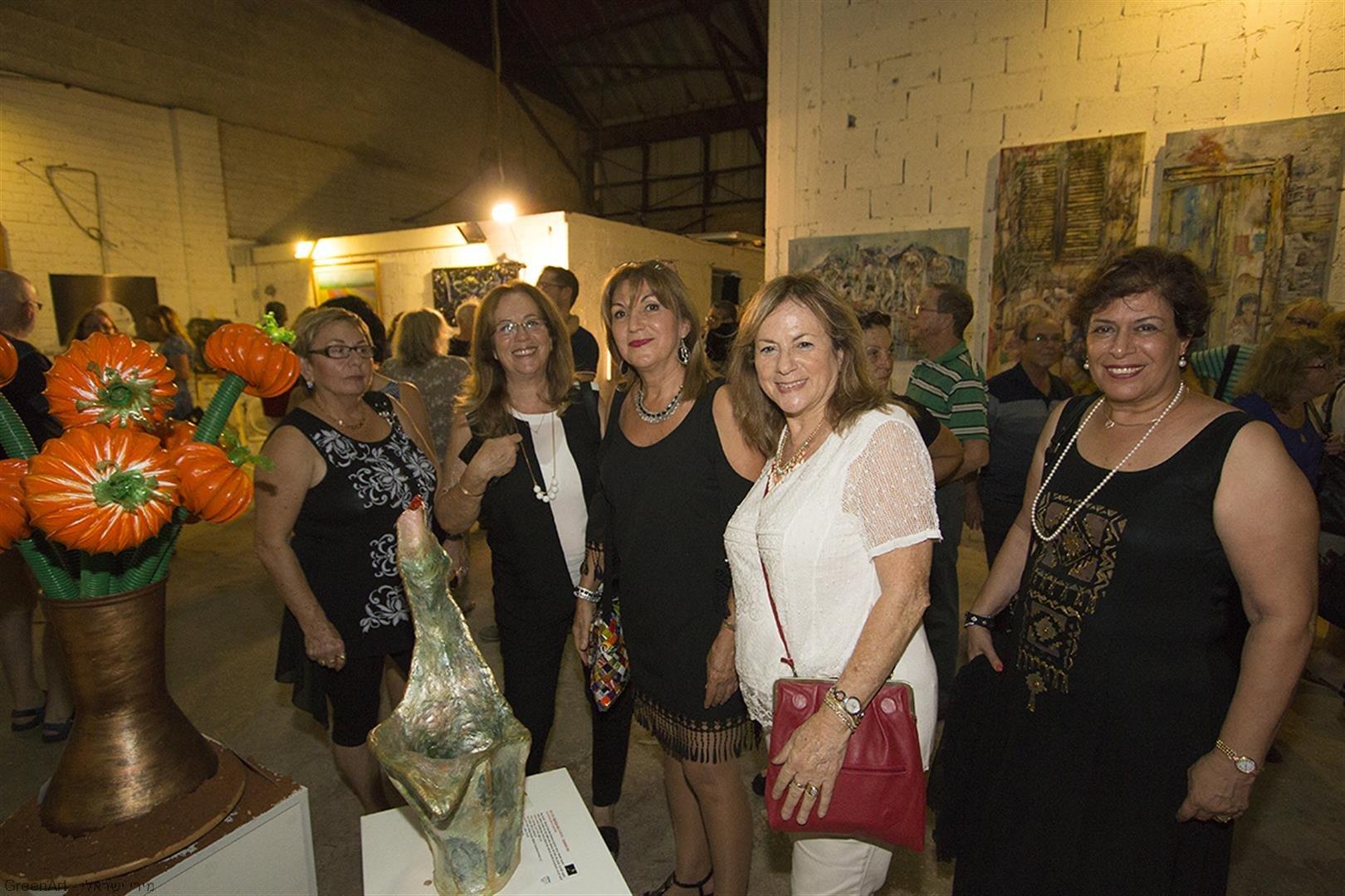 אוצרת התערוכה אריאלה נחשוני וחברות באירוע הפתיחה