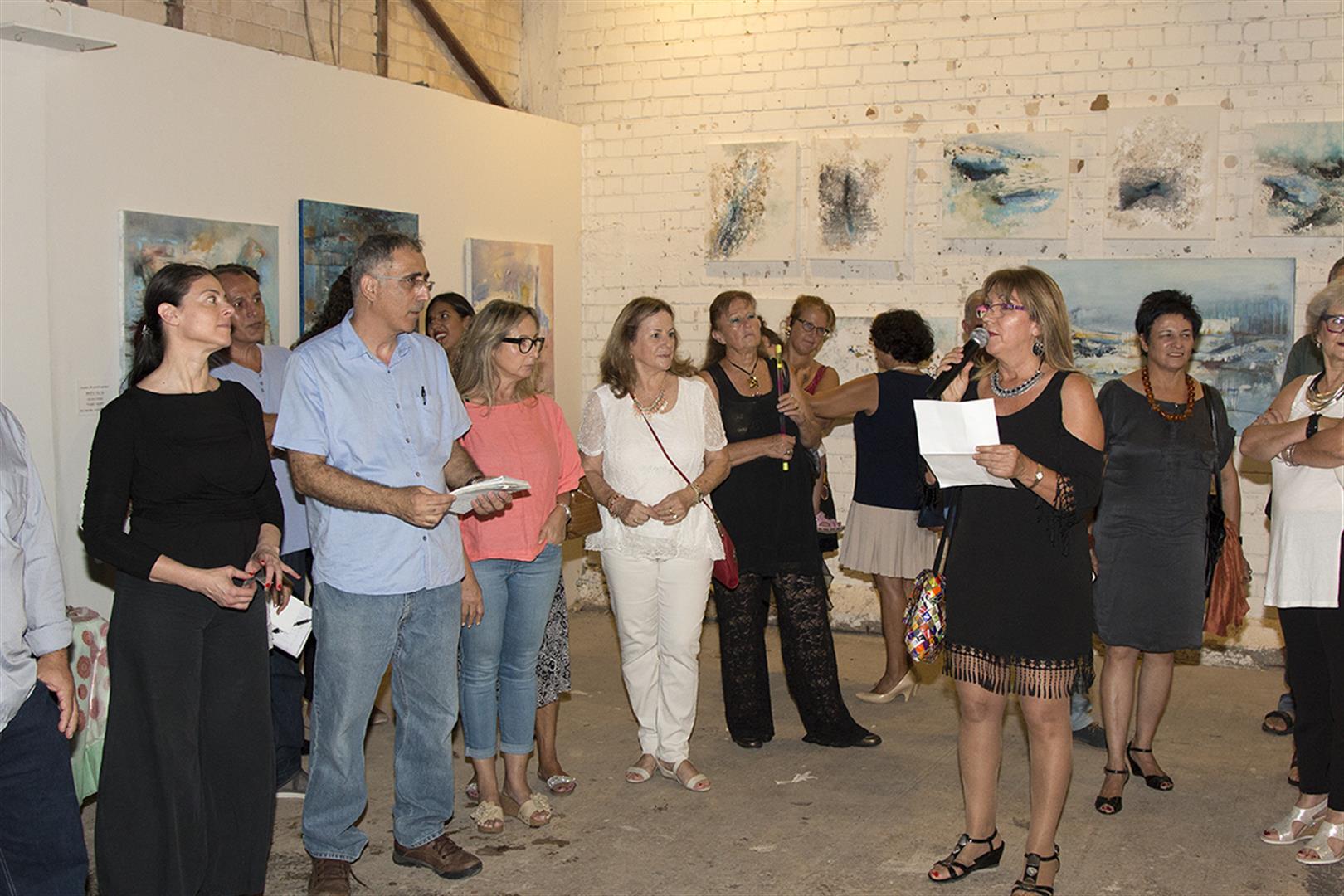הקראת דברי פתיחה בשם האמנים באירוע הפתיחה של התערוכה
