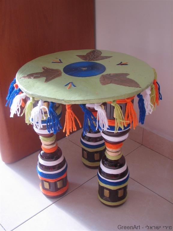 שולחן הגשה עם רגליים מבקבוקי פלסטיק בשימוש חוזר