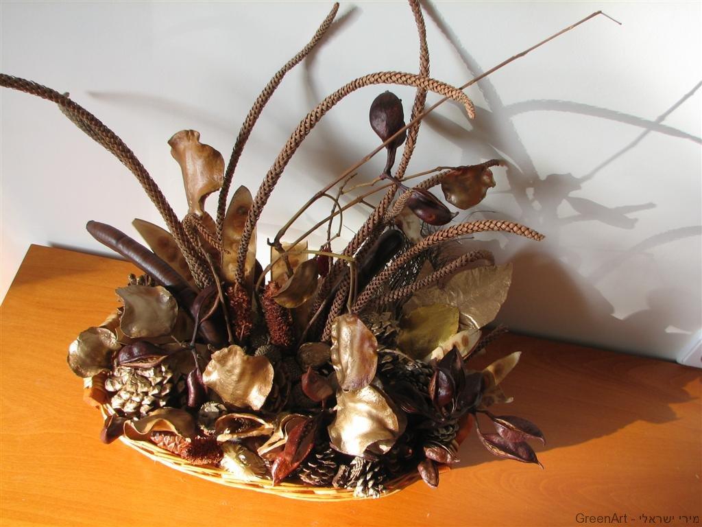 סידור פרחים מענפים מן הטבע לסוכה חגיגית וירוקה