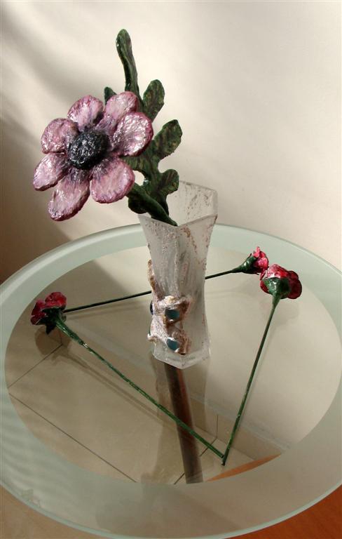 פרחים וענפים מחוטי חשמל מעוטרים בעיתונים