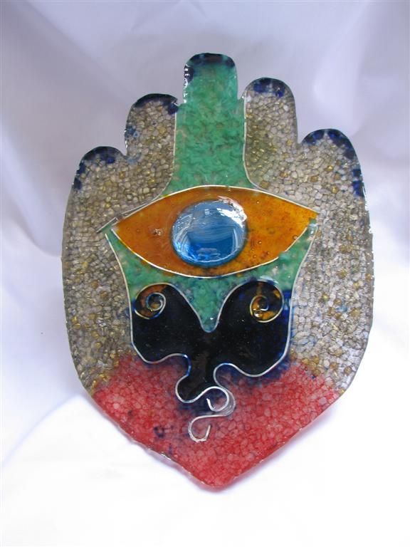 חלקי אלומיניום, זכוכית ופוליאסטר חברו יחד ליצירת חמסה צבעונית