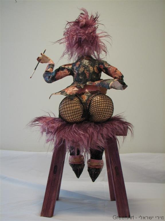 גברת על כסא בבר מפוסלת מחומרים ממוחזרים - ECO ART