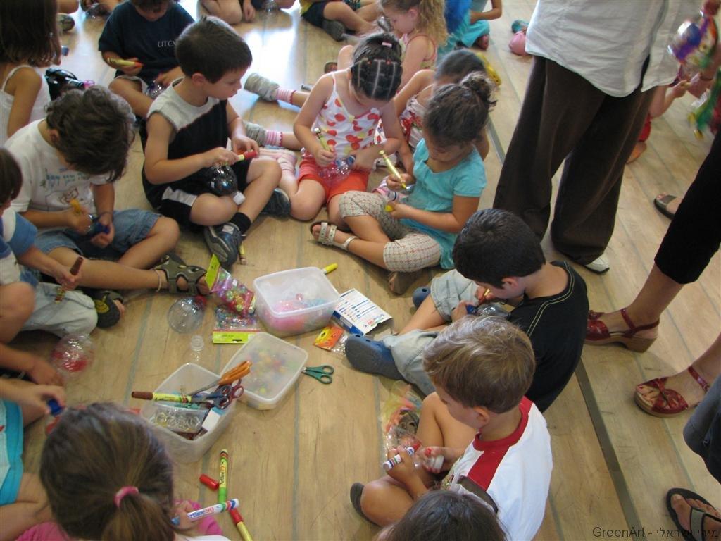 ילדי גן ברמת השרון מכינים קישוטים לסוכה
