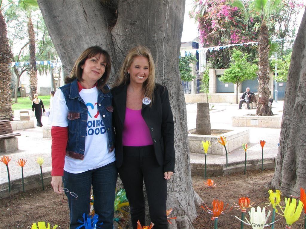 אני ושרי אריסון בגן האקולוגי  ברמלה ביום המעשים הטובים