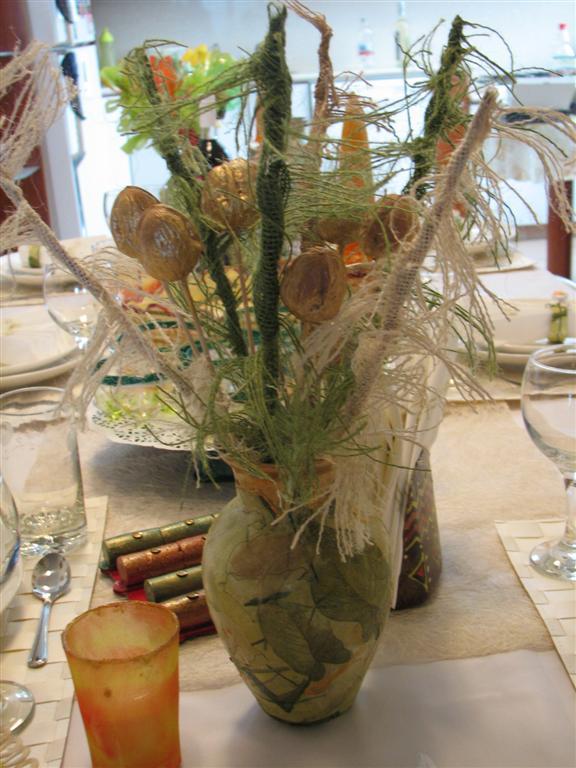 פרחים מעוצבים מאגוזים, מקלות עץ ישנים ושאריות בדים