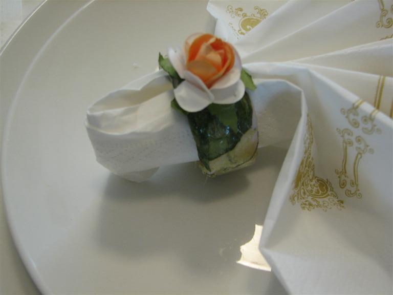 חבקי מפיות מגלילי נייר טואלט מעוטרים במפיות נייר ופרחים