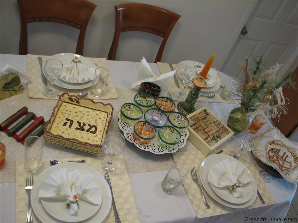 בית היוצר 4 בכפר סבא (2010) שולחן ערוך לפסח בסימן המיחזור.