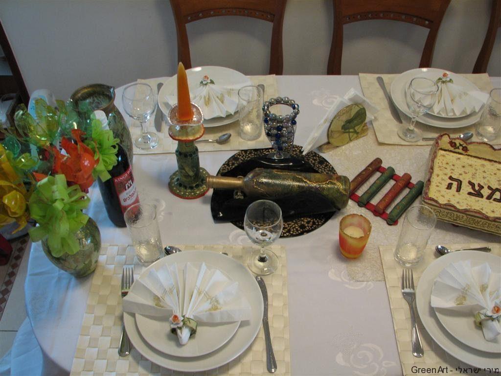 בית היוצר 4 בכפר סבא (2010)שולחן ערוך לפסח בסימן המיחזור.