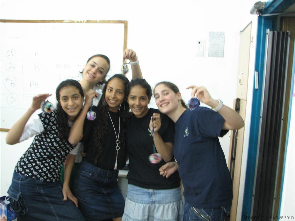 סדנאות יצירה ירוקה בתיכון אמית רננים בסימן צמצום השימוש בשקיות ניילון