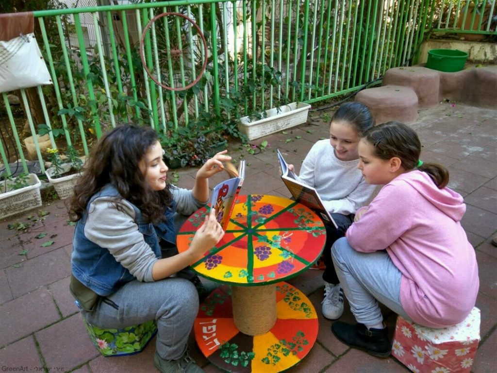 תלמידות הגפן נהנות מפינת הישיבה האקולוגית שיצרו מפסולת שאספו מביתם