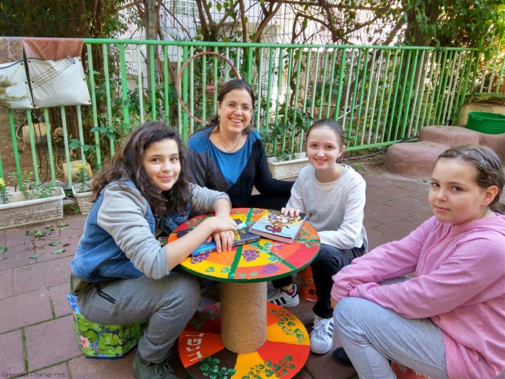 המורה נטע ותלמידות הגפן נהנות מפרי יצירתן - פינת ישיבה ידידותית לסביבה