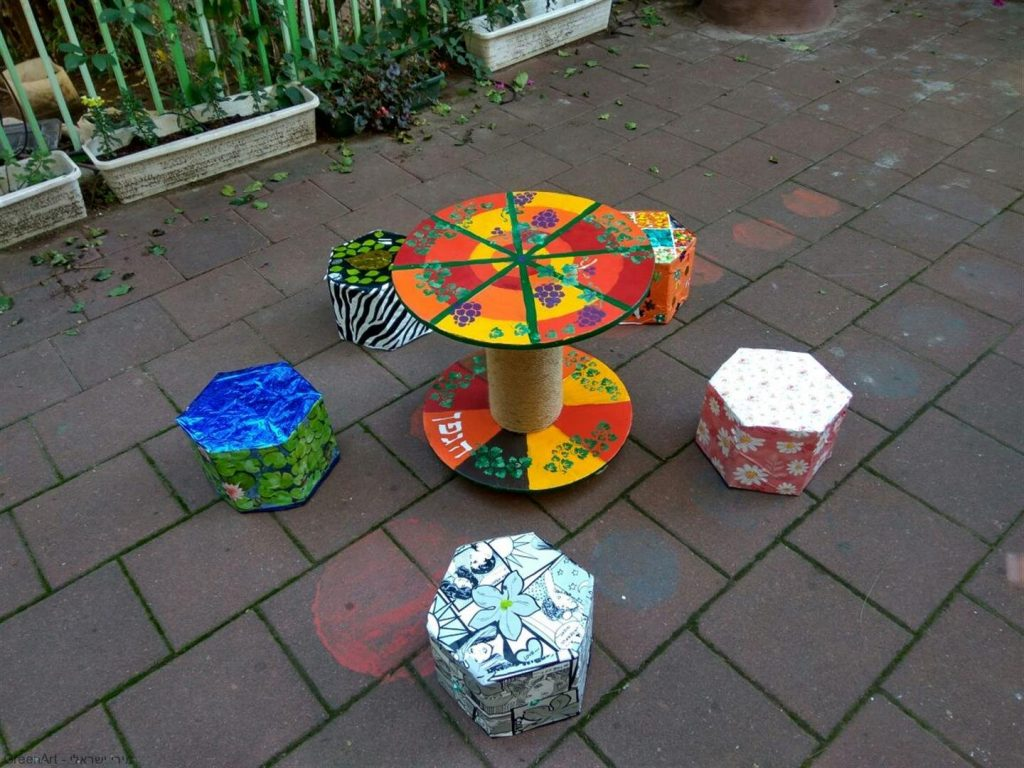 פינת ישיבה אמנות אקולוגית שיצרו תלמידי הגפן מחומרים ממוחזרים