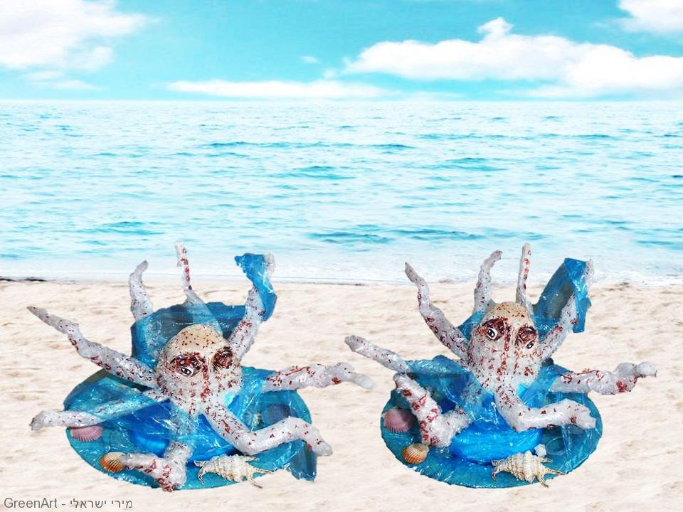 אמנות אקולוגית כמחאה לנזק הנגרם לבעלי החיים הימיים משקיות ניילון הצפות במים