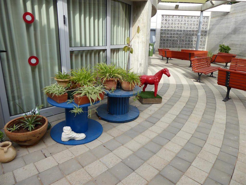 יציאה לחצר במרכז Art קיימא בית תהילה ואריה שרייבמן שבכפר סבא