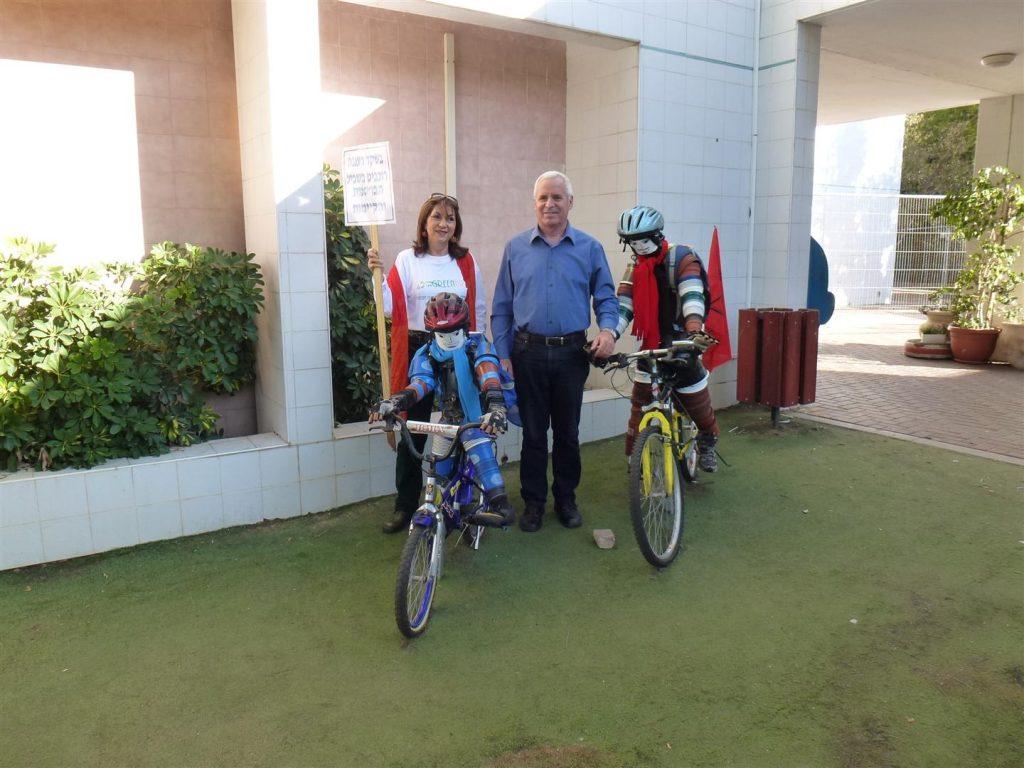 מזכרת עם ראש עיריית רעננה נחום חופרי שתמך בפרויקט