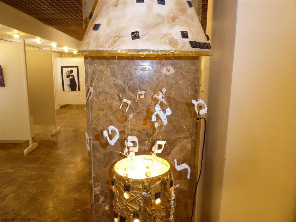 מיצב מואר - התהוות- בתערוכה -בין מילה לתמונה- אמנות אקולוגית מושגית ברעננה