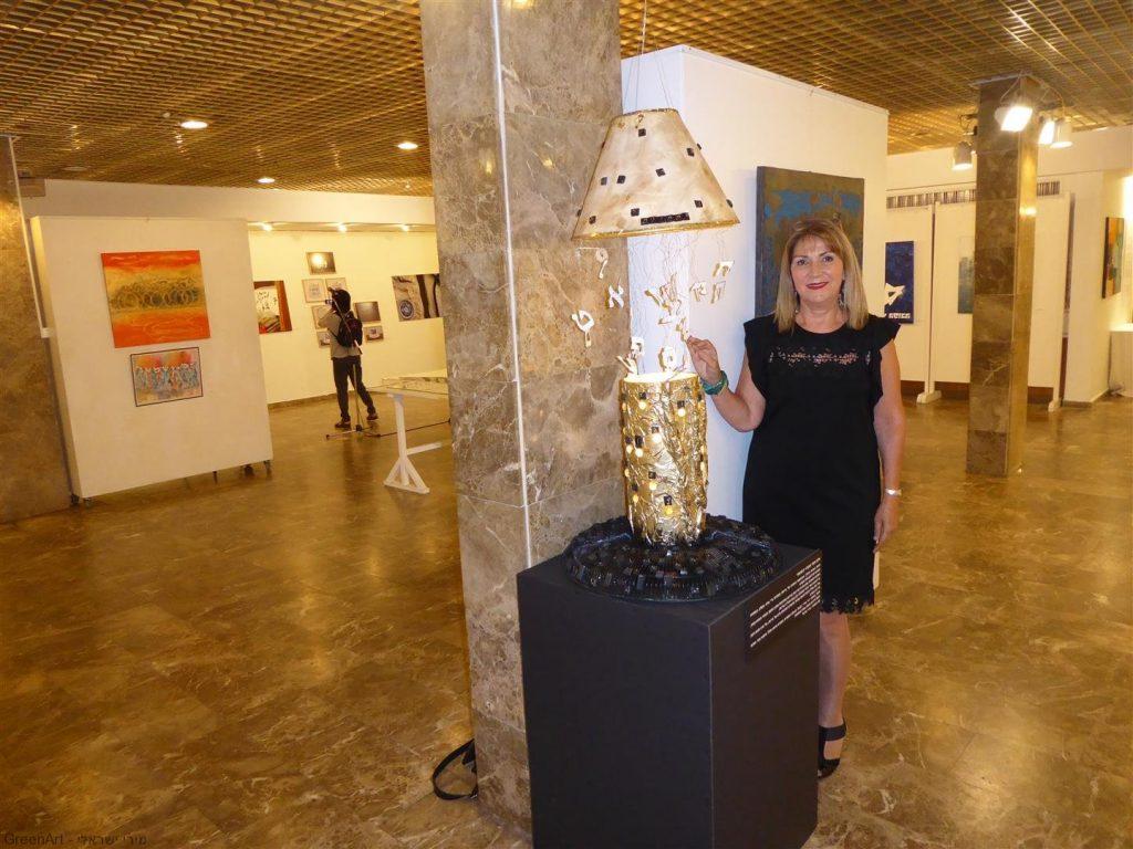 מיצב מואר - התהוות- בתערוכה -בין מילה לתמונה- אמנות אקולוגית מושגית