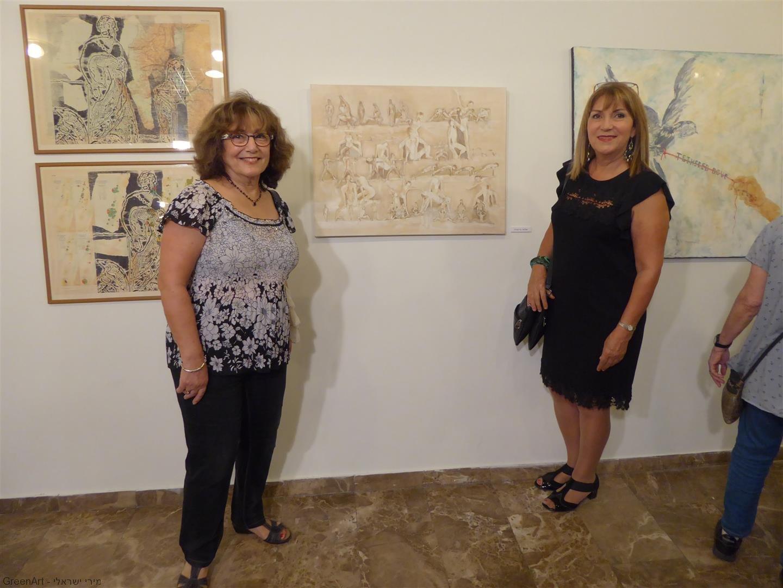 ליד ציורה המקסים של שלווה גרינברג המציגה בתערוכת - בין מילה לתמונה-