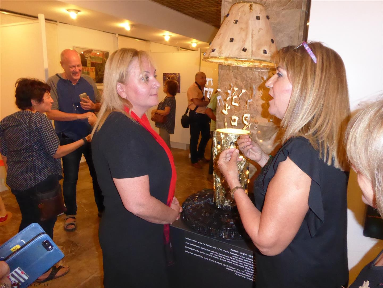 מסבירה לרונית וינטראוב סגנית ראש העיר על אופן פיסול המיצב שלי מפסולת העיר שקמה לתחייה מחודשת