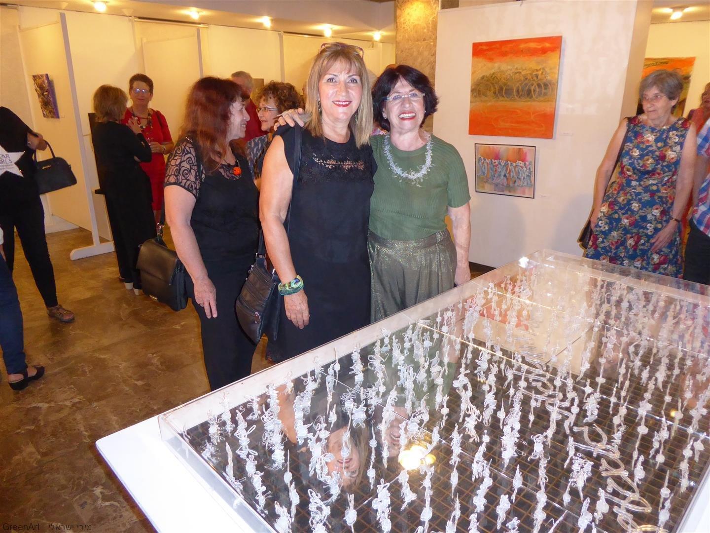 עם מירי פסוב האמנית ליד הדמויות שיצרה המשתקפות במראה.