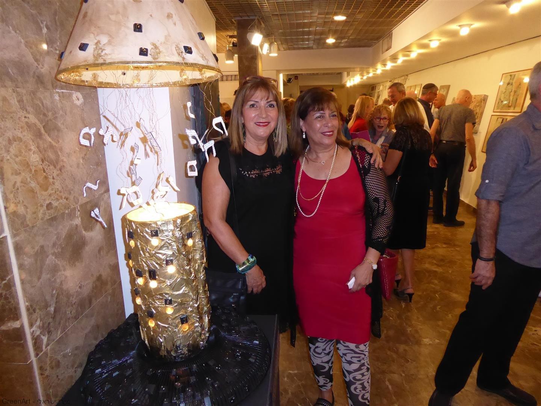 עם חברתי האמנית מרגלית ראג'ואן המשתתפת עמי בתערוכה - בין מילה לתמונה-.