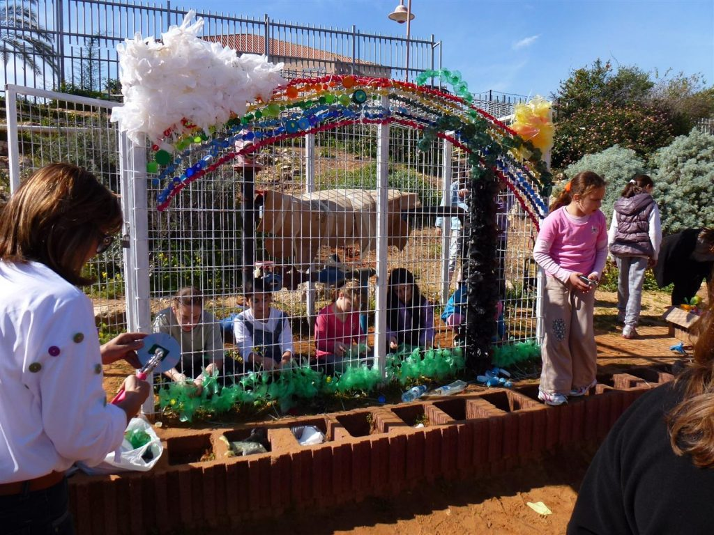תלמידי קשת יוצרים על הכלוב פיסול משקיות ניילון